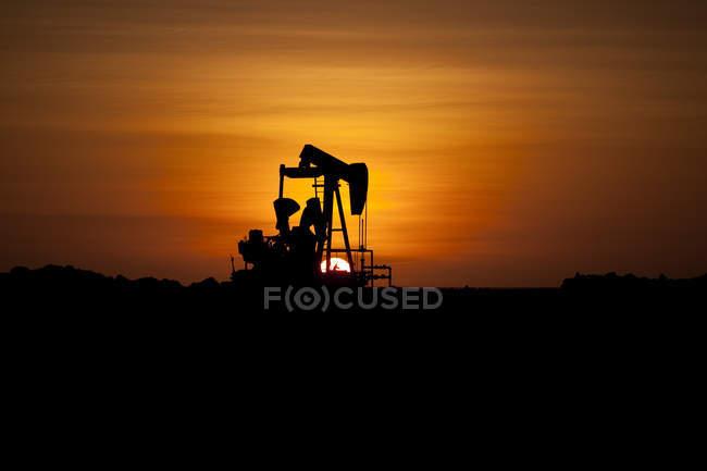 Silhouette of an oil well, Lobitos, Talara, Peru — Stock Photo