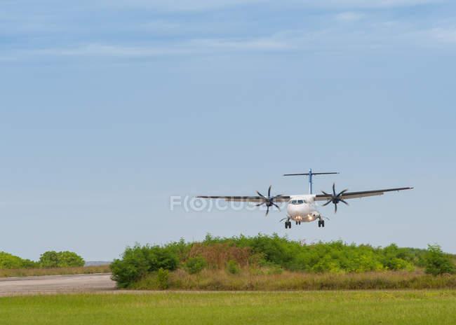 Vue panoramique de l'avion à hélices landing, Philippines — Photo de stock