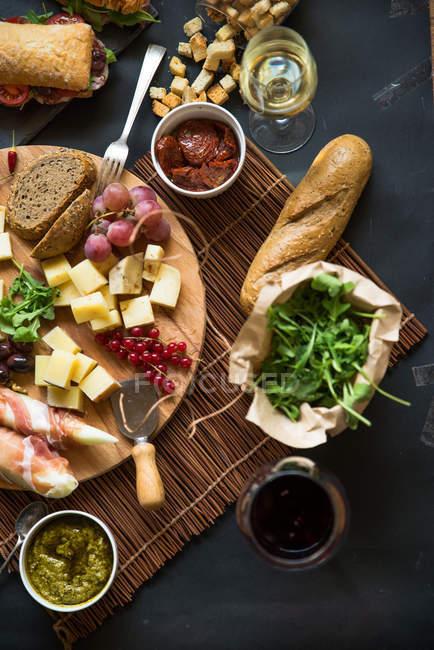 Выбор итальянских сыров с хлебом и вином — стоковое фото