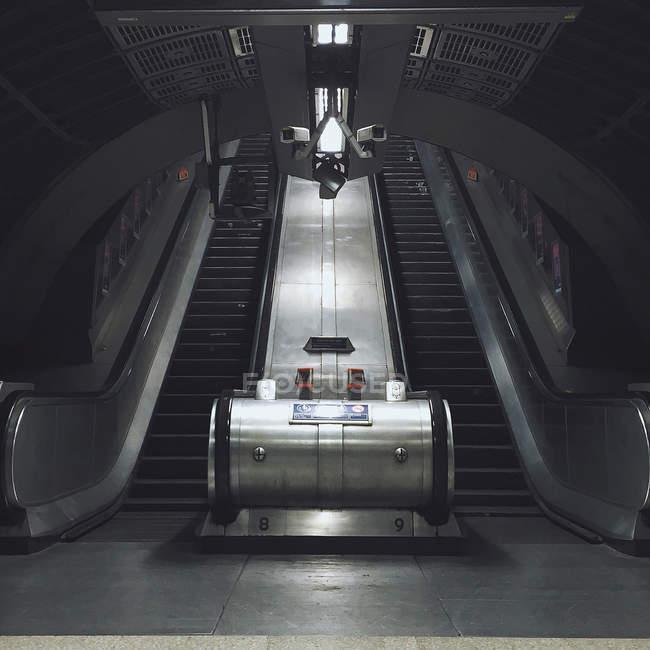 Великобританія, Лондон, порожні ескалатора в метро тунель — стокове фото