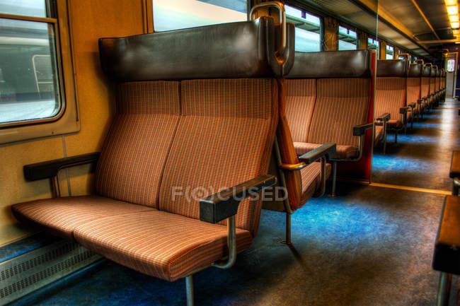 Vista interior dos bancos em comboio vazio — Fotografia de Stock