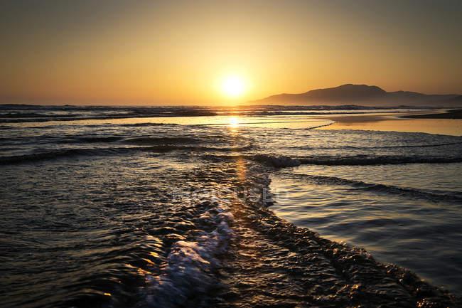 Живописный вид на пляж Лос-Лансес на закате, Фафа, Андалусия, Испания — стоковое фото