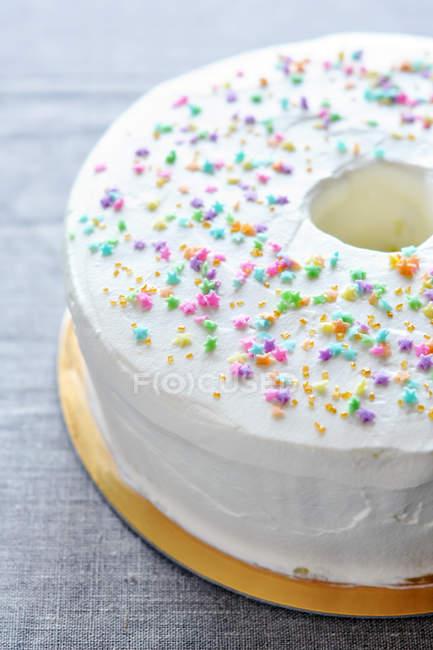 Close-up de pastel de Ángel con chispitas de colores - foto de stock