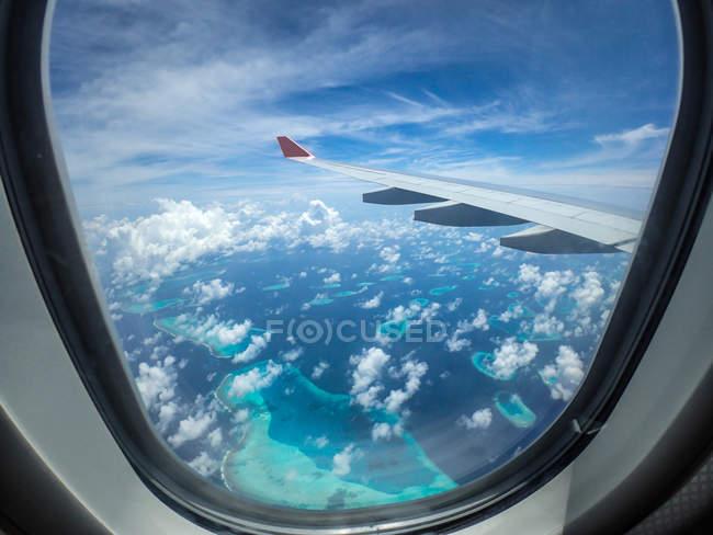 Ilhas Maldivas vistas de uma janela de avião — Fotografia de Stock