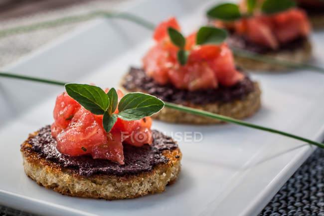 Pomodoro e olive gustosa bruschetta in zolla bianca — Foto stock