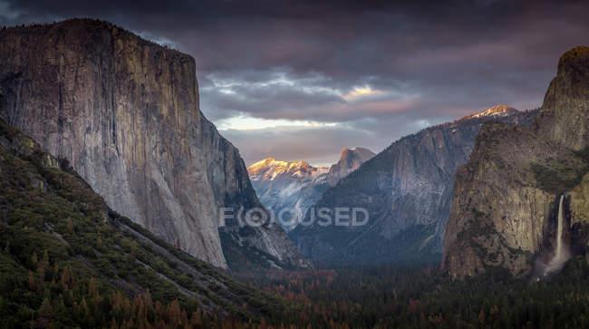 Maestoso paesaggio montano, Yosemite Valley, California, America, Stati Uniti d'America — Foto stock