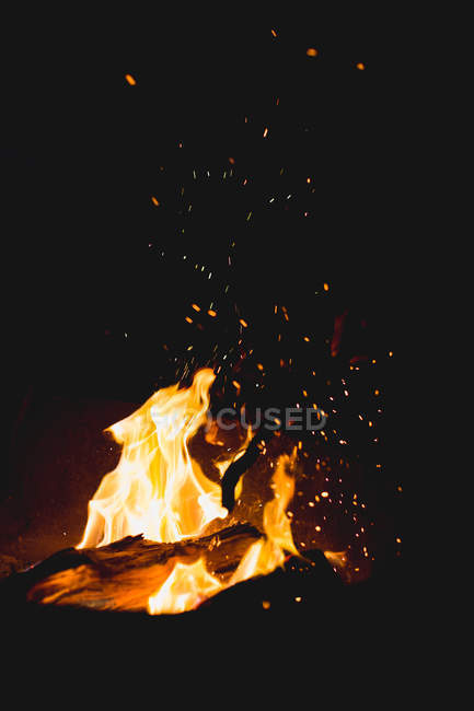 Camp fire at night time, black bacgkround — Stock Photo