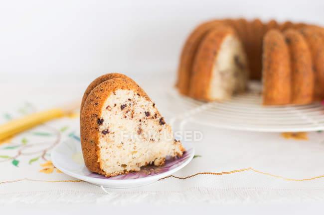 Stück vom leckeren frisch gebackenen Gugelhupf — Stockfoto
