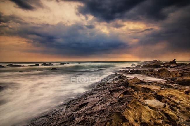 Vue panoramique sur la plage de Karang Taraje Bayah, Sawarna, Indonésie — Photo de stock