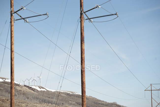 Malerische Aussicht von Windkraftanlagen gegenübergestellt mit Stromleitungen, Wyoming, America, Usa — Stockfoto
