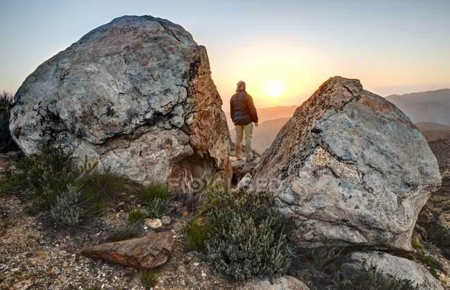 L'homme debout au sommet de la montagne et à la recherche au coucher du soleil, Mccain Valley, en Californie, Amérique, Etats-Unis — Photo de stock