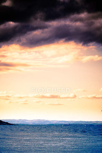 Vista panorámica del majestuoso paisaje marino y la tormenta bajo el cielo nublado, vertical de la imagen - foto de stock