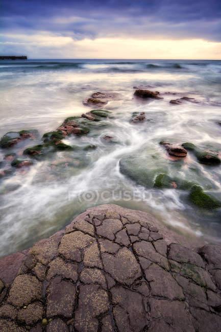 Vista panorámica de las rocas a lo largo de la costa, Lastres, España - foto de stock