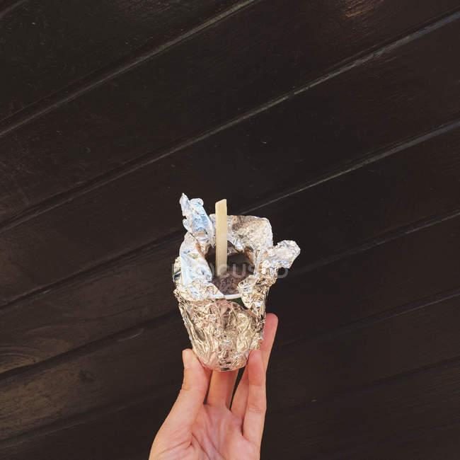 Cropped image of female hand holding ice-cream — Stock Photo