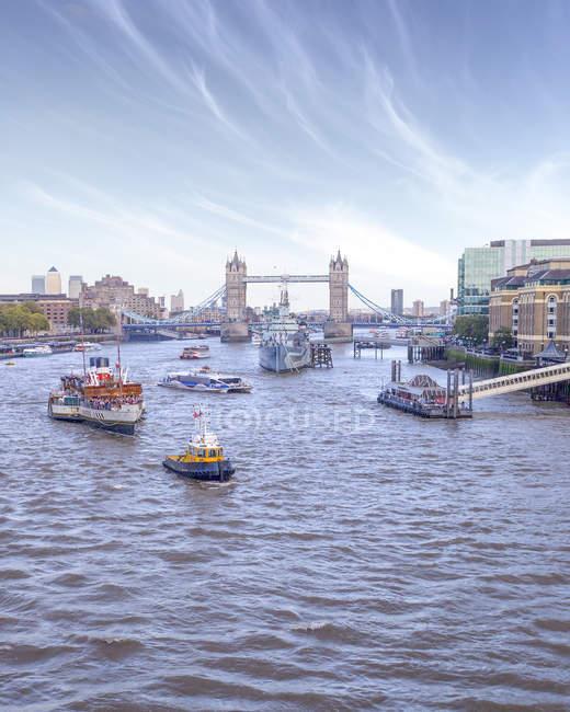 Barche a vela sul fiume Tamigi da Hms Belfast e il Tower Bridge, Londra, Inghilterra, Regno Unito — Foto stock