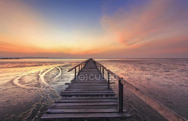 Scenic view of abandoned jetty at sunrise, Teluk Tem, Penang, Malaysia — стоковое фото