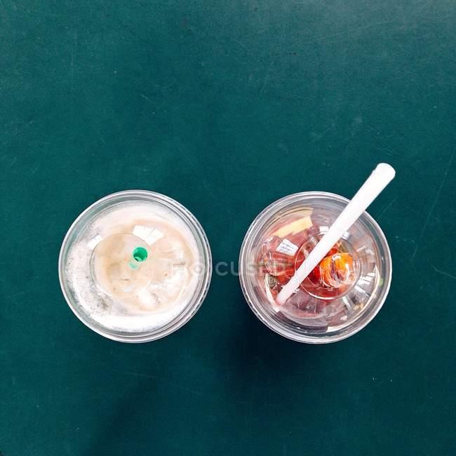Два стакана свежего кофе и чай со льдом — стоковое фото