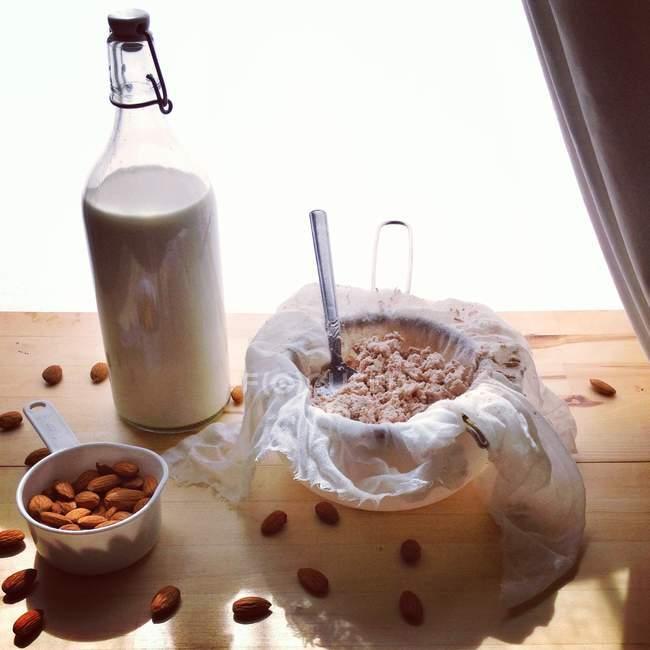 Здоровое домашнее миндальное молоко, крупным планом — стоковое фото