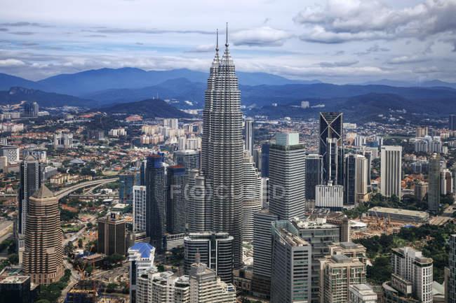 Vista aérea de Kuala Lumpur y Torres Petronas, Malasia - foto de stock