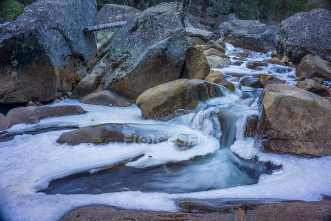 Vue panoramique du ruisseau en hiver, la vallée d'Yosemite, en Californie, Amérique, Usa — Photo de stock