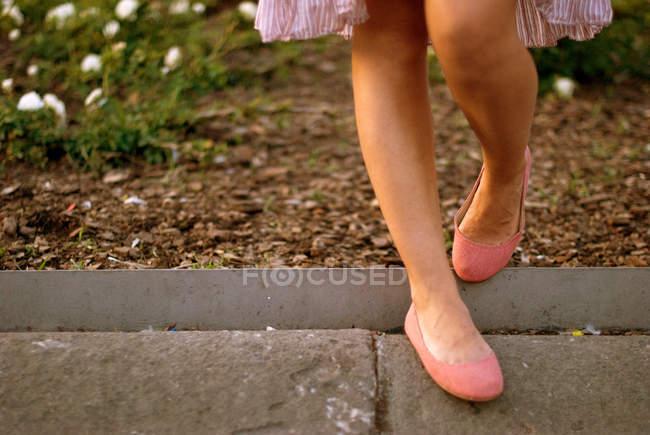 Imagem cortada de pernas femininas em sapatos de bailarina — Fotografia de Stock