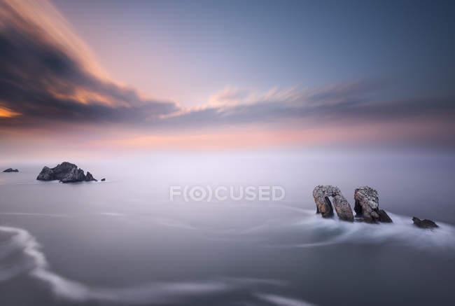 Живописный вид на скалы в море, Кантелла, Испания — стоковое фото