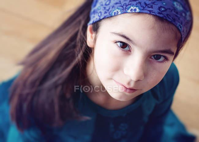 Портрет девушки в бандане, смотрящей вверх — стоковое фото