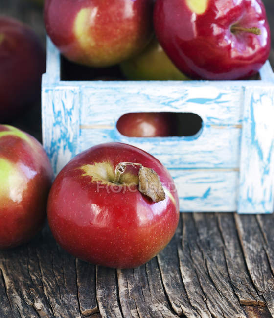 Red apples in wooden crate, closeup — Stock Photo