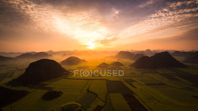 Lever de soleil sur les champs de colza, Luoping Yunnan, Chine — Photo de stock
