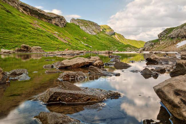 Herrliche Sicht auf See in den Berner Alpen, Schweiz — Stockfoto