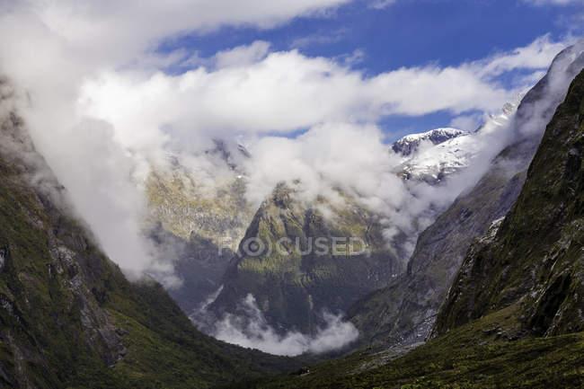 Cloudscape hermoso sobre Parque Nacional de Fiordland, Nueva Zelanda - foto de stock