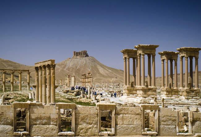 Живописный вид на исторические руины и замок, Пальмира, Сирия — стоковое фото