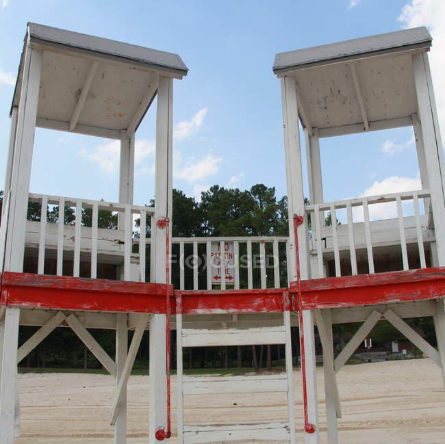 Vista panorámica de dos torres de salvavidas en la playa - foto de stock