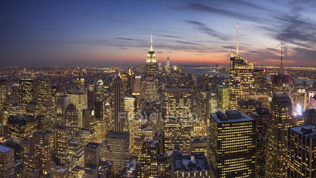 Vista panorámica del horizonte de Manhattan por la noche, Nueva York, EE.UU. - foto de stock