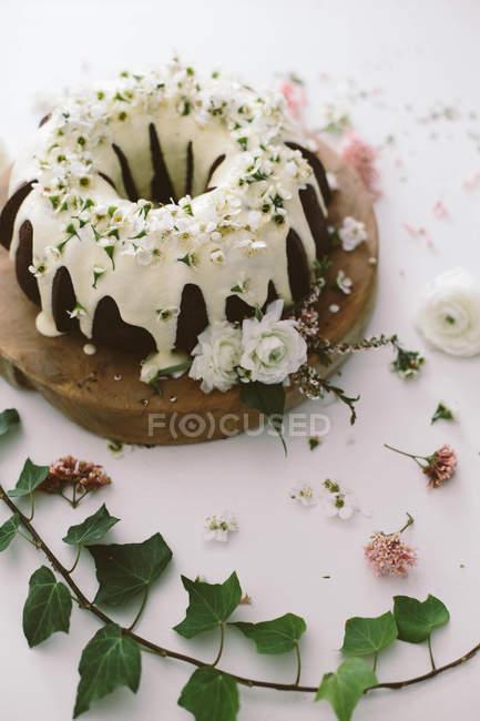 Bolo de pacote de chocolate decorado com flores bonitas — Fotografia de Stock