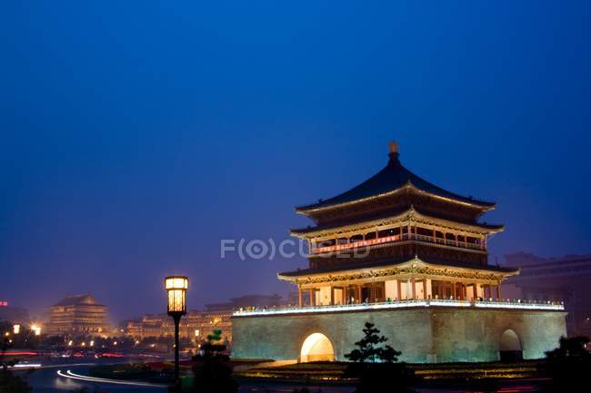 Chine, Shaanxi, Xian, vue panoramique de la tour du tambour la nuit — Photo de stock