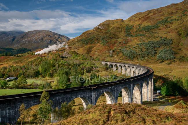 Vue panoramique du viaduc de Glenfinnan, Glenfinnan, Lochaber, Highlands, Écosse, Royaume-Uni — Photo de stock