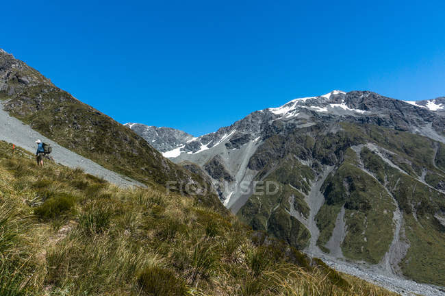 Man hiking above Mary Creek, Arthurs Pass National Park, New Zealand — Stock Photo
