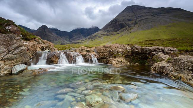 Vista maestosa delle Fairy Pools, Black Cuillin mountains, Isola di Skye, Scozia, Regno Unito — Foto stock