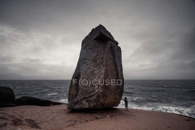 Man standing at Pedra do frade rock, Laguna beach, Santa Catarina, Brazil — Stock Photo