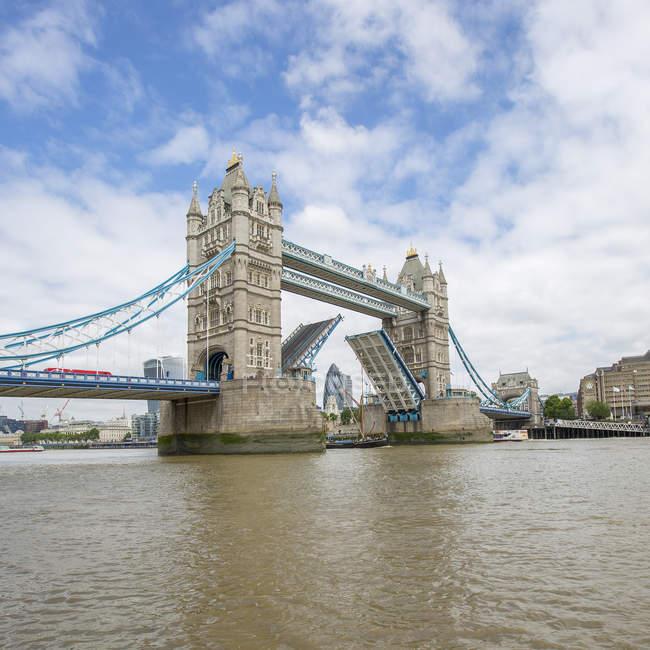 Puente de la torre con básculas levantado, Londres, Inglaterra, Reino Unido - foto de stock