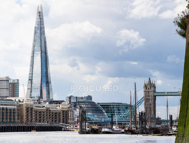 Vue panoramique sur le tesson construction, Tower Bridge et la Tamise, Londres, Angleterre, Royaume-Uni — Photo de stock