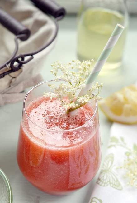 Стакан вкусного клубничного напитка из бузины — стоковое фото