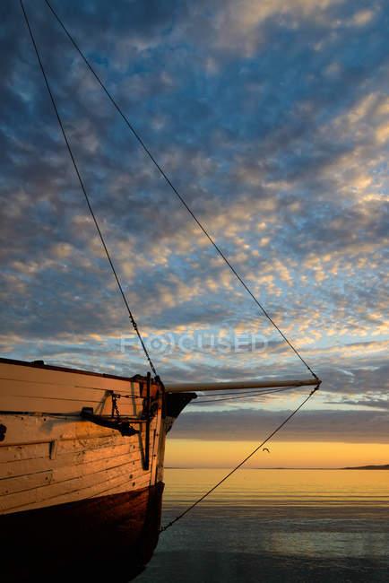 Arco di barca a vela in legno al tramonto — Foto stock