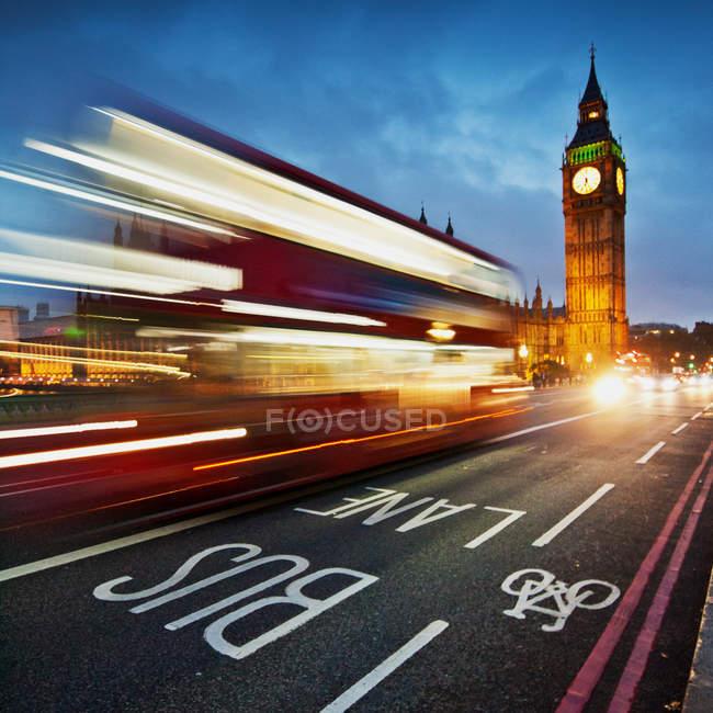 Живописный вид на световые дорожки на Вестминстерском мосту с Биг-Беном на заднем плане, Лондон, Великобритания — стоковое фото