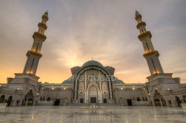 Vista panorámica de la mezquita de territorio Federal o Masjid Wilayah Persekutuan, Kuala Lumpur, Malasia - foto de stock