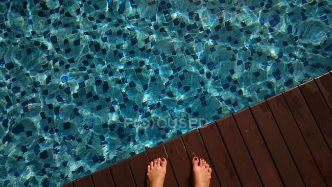 Обрезанное изображение женских ног у бассейна — стоковое фото