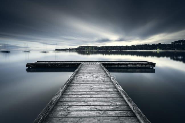 Живописный вид на деревянную пристань на озере Бомбес, Жиронда, Франция — стоковое фото