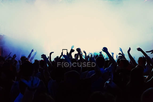 Atmospheric view of silhouette of crowd at concert — Stock Photo
