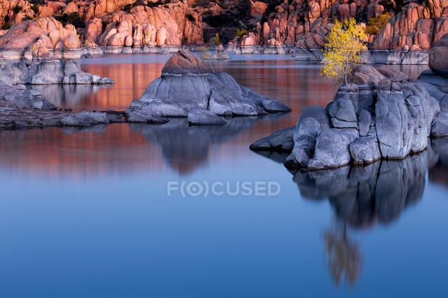 Роздуми з дерева і скелі в озеро Уотсон, граніт Dells, Прескотт, штат Арізона, Америки, США — стокове фото
